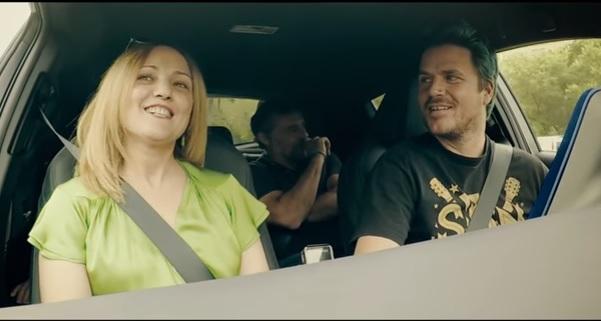 Fiona Gallagher, Hank Moody y Walter White se suben a un Toyota.